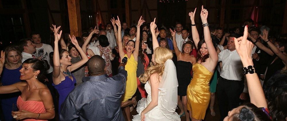 Der Mix aus Hochzeits DJ und Sänger bringt Ihre Party in Schwung