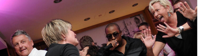Sänger Kevin Iszard geht gerne direkt ins Publikum und Entertainer die Gäste